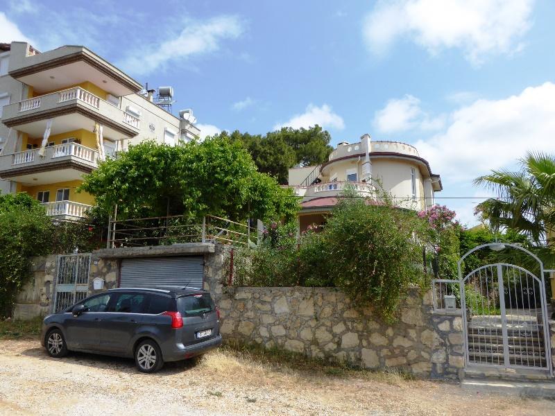 Spanische Turmvilla in Alanya Avsallar mit einem schöne Grundtsück nahe dem Meer