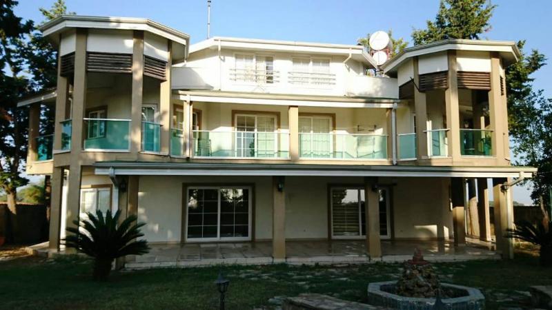 Schöne Einzelvilla auf herrischem Grundstück 2.500 m² mit eigenem Strandabschnitt 500m entfernt